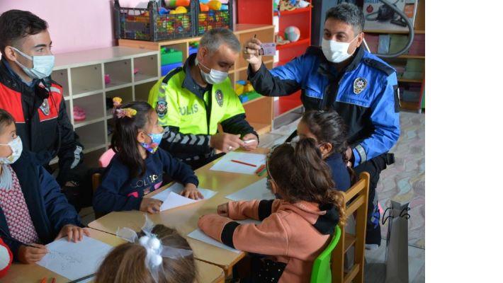 Küçük Öğrencilere Polis Kimliği
