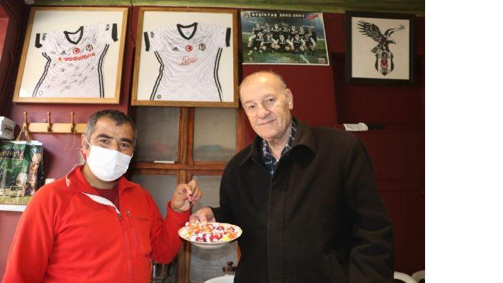 Beşiktaş kupada finale yükselmesi şerefine şeker dağıttı.