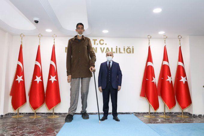 Dünyanın en uzun boylu adamı Sultan Kösen Vali Demirtaş'ı ziyaret etti