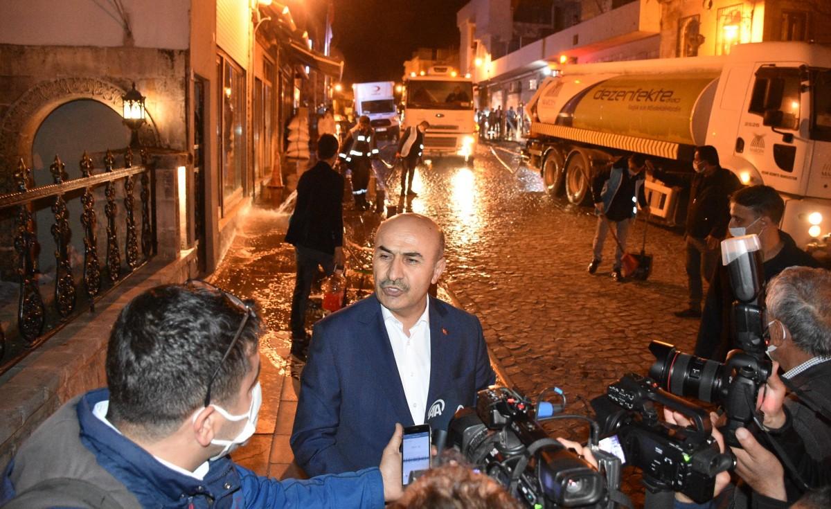 Mardin'de Caddeler Gece Yarısı yıkanıp dezenfekte edildi.