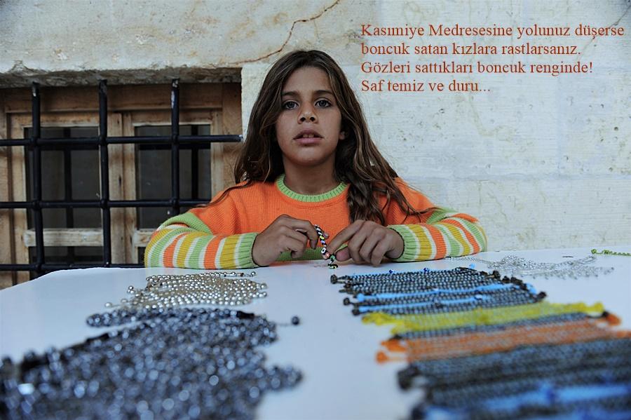 Medrese'de boncuk gözlü kızlar