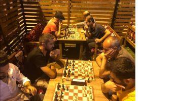 Kızıltepe´de sahura kadar satranç oynuyorla