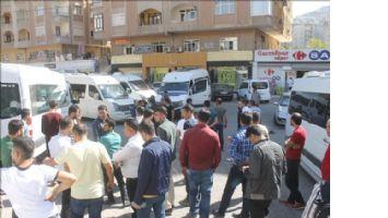 Minibüsçüler yol kapatıp, belediyeyi protesto etti