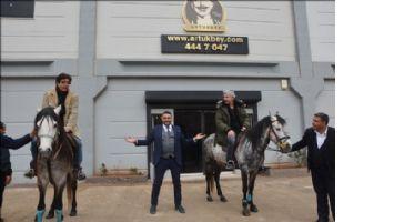 Uygur kardeşlerden at üzerinde espri şov