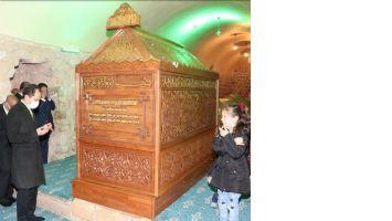 Erbakan Kongre öncesi Sultan Sehmus türbesinde dua etti.