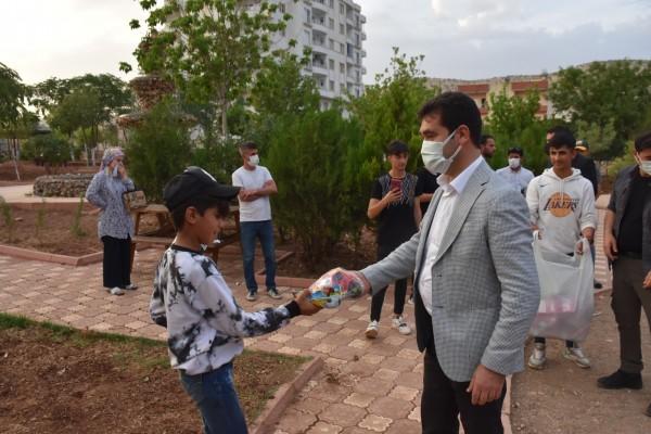 Başkan Aksoy Parkı gezdi, çocuklara oyuncak dağıttı