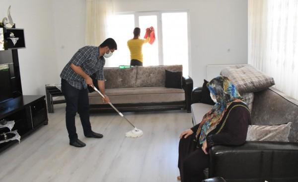 Mardin'de Yaşlı Vatandaşların Evlerinde Bayram Temizliği